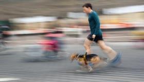 Mensenlooppas met zijn buiten hond Stock Fotografie