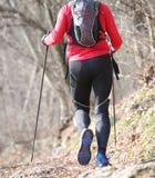 Mensenlooppas op de bergsleep met noordse het lopen polen Royalty-vrije Stock Afbeeldingen
