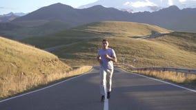 Mensenlooppas op de weg aan de bergen, langzame mo stock footage
