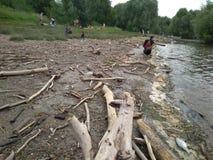 Mensenmigranten die op de banken van de vuile rivier Ob in de zomer van 2018 rusten van Novosibirsk royalty-vrije stock foto's