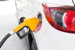 Mensennieuwe vulling en het vullen de Brandstof van het Oliegas bij post Voed uw auto stock foto