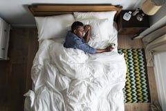 Mensenontwaken in de ochtend door een wekker stock foto's
