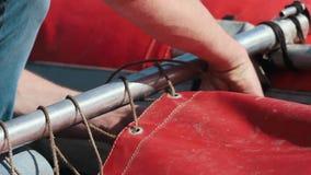 Mensenopstelling een opblaasbare boot met kabels Klaar het worden voor het zeil stock videobeelden
