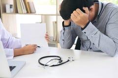 Mensenpatiënt een migrainehoofdpijn hebben en vrouwelijke arts die in royalty-vrije stock afbeeldingen