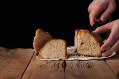 Mensenplakken van heerlijk vers brood op zwarte achtergrond met exemplaarruimte voor uw tekst Het brood op de oude rustieke lijst Royalty-vrije Stock Foto's