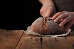 Mensenplakken van heerlijk vers brood op zwarte achtergrond met exemplaarruimte voor uw tekst Het brood op de oude rustieke lijst Royalty-vrije Stock Afbeelding