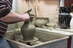 Mensenpottenbakker aan het werk dat tot sommige traditionele koppen van witte klei, Lassithi, Kreta, Griekenland leidt Royalty-vrije Stock Afbeelding