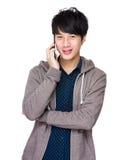 Mensenpraatje met telefoon Stock Foto