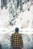 Mensenreiziger de status geniet alleen van meer en bos Royalty-vrije Stock Foto's