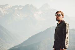 Mensenreiziger die bij bergen zijn Levensstijl van de vakantiesreis besteden Stock Fotografie