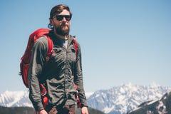 Mensenreiziger die in de Levensstijl van de bergenreis wandelen Stock Fotografie