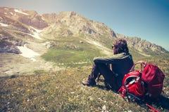 Mensenreiziger die met rugzak openluchtreis ontspannen Stock Foto's