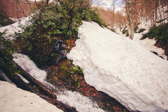 Mensenreiziger die met rugzak waterval en sneeuwgletsjer kruisen Stock Afbeelding