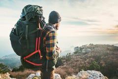 Mensenreiziger met de grote rugzak expeditie van wandelingsbergen Stock Foto