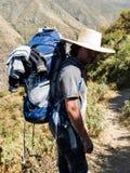Mensenreiziger met hoed en rugzak de Reislevensstijl van wandelingsbergen royalty-vrije stock foto's