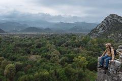 Mensenreiziger met hoed en rugzak die van de natuurlijke rand genieten Stock Foto's