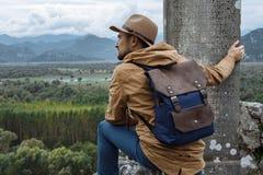 Mensenreiziger met hoed en rugzak die van de natuurlijke rand genieten Royalty-vrije Stock Foto