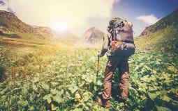 Mensenreiziger met rugzak de Levensstijl van de wandelingsreis Stock Fotografie