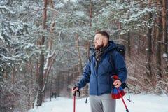 Mensenreiziger met rugzak van het de Levensstijlavontuur van de wandelingsreis het concepten actieve vakanties openlucht Mooi lan Stock Fotografie