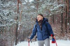 Mensenreiziger met rugzak van het de Levensstijlavontuur van de wandelingsreis het concepten actieve vakanties openlucht Mooi lan Royalty-vrije Stock Foto's