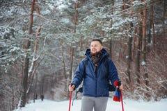 Mensenreiziger met rugzak van het de Levensstijlavontuur van de wandelingsreis het concepten actieve vakanties openlucht Mooi lan Stock Foto
