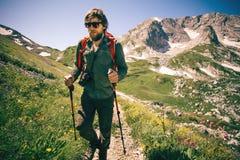 Mensenreiziger met van de fotocamera en rugzak wandeling Stock Foto