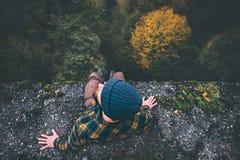 Mensenreiziger op de rand van de klippenbrug met bosantenne Royalty-vrije Stock Afbeeldingen