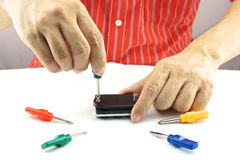 Mensenreparatie door gebruiks kleurrijke schroevedraaier Royalty-vrije Stock Fotografie