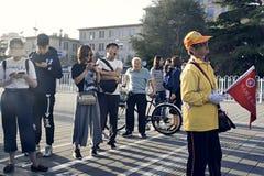 Mensenrijen omhoog voor bus Stock Foto's