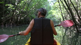 mensenroeien in kajak langs lagune stock video