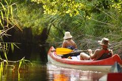 Mensenroeien op rivier Royalty-vrije Stock Foto's