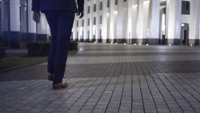 Mensens benen die in een nachtstad de stad in lopen stock footage