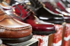 Mensenschoenen op verkoop in een straatmarkt Royalty-vrije Stock Fotografie
