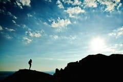 Mensensilhouet bij zonsondergang in bergen Royalty-vrije Stock Fotografie