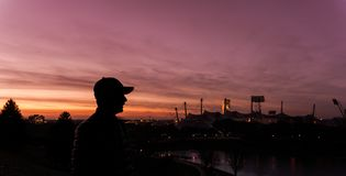 Mensensilhouet in de mooie zonsondergang stock afbeelding