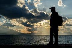 Mensensilhouet die op de zonsondergang letten royalty-vrije stock fotografie