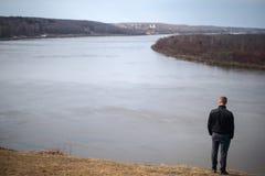 Mensensilhouet, die zich op rivier bevinden Royalty-vrije Stock Afbeeldingen