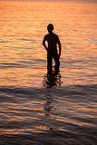 mensensilhouet in water Stock Foto's