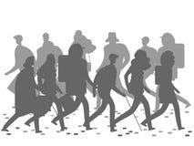 Mensensilhouetten die op de de winter of de herfststraat lopen royalty-vrije illustratie