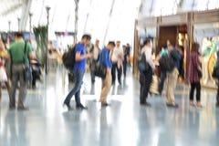 Mensensilhouetten in motieonduidelijk beeld, luchthavenbinnenland Royalty-vrije Stock Afbeelding