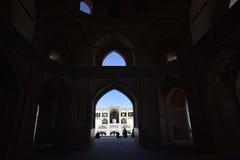 Mensensilhouetten onder de boog van moskee in Iran 12 september, 2016 Royalty-vrije Stock Afbeelding