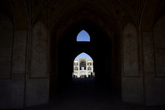 Mensensilhouetten onder de boog van moskee in Iran 12 september, 2016 Royalty-vrije Stock Foto