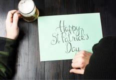 Mensenslaap op een lijst op St Patricks dag stock fotografie