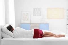 Mensenslaap op twee hoofdkussens thuis stock fotografie