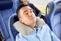 Mensenslaap in reisbus met cervicaal hoofdkussen Stock Fotografie