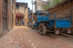 Mensenspeelkaarten en oude blauwe vrachtwagen stock fotografie