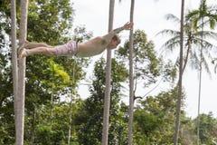 Mensensprong in de pool in de Vlieg van de aantrekkelijkheidsmisstap N op eiland Koh Phangan, Thailand Royalty-vrije Stock Foto's