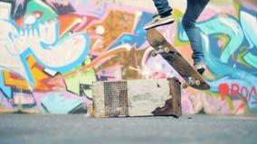 Mensensprongen op een raad over een hindernis, langzame motie De schaatser ontbreekt stock footage