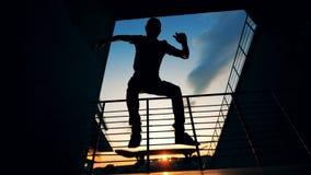 Mensensprongen op een raad in een skatepark, langzame motie stock video