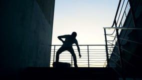 Mensensprongen op een skateboard, die stunts in een skatepark doen , langzame motie stock footage